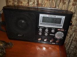 Rádio marca MIDI, modelo MD550, Japão.