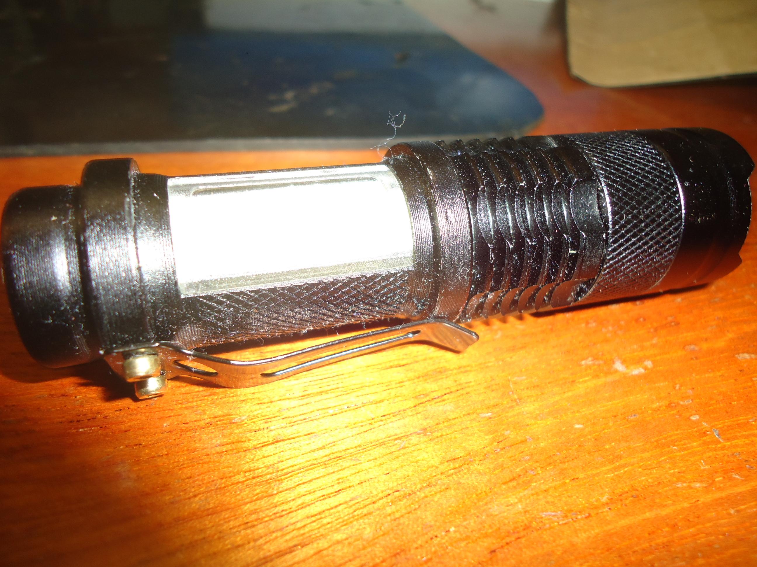 Foto de Lanterna LED Ultralight PRO, ligada na iluminação lateral. Feita com Câmera Digital Sony Cybershot DSC-W320.