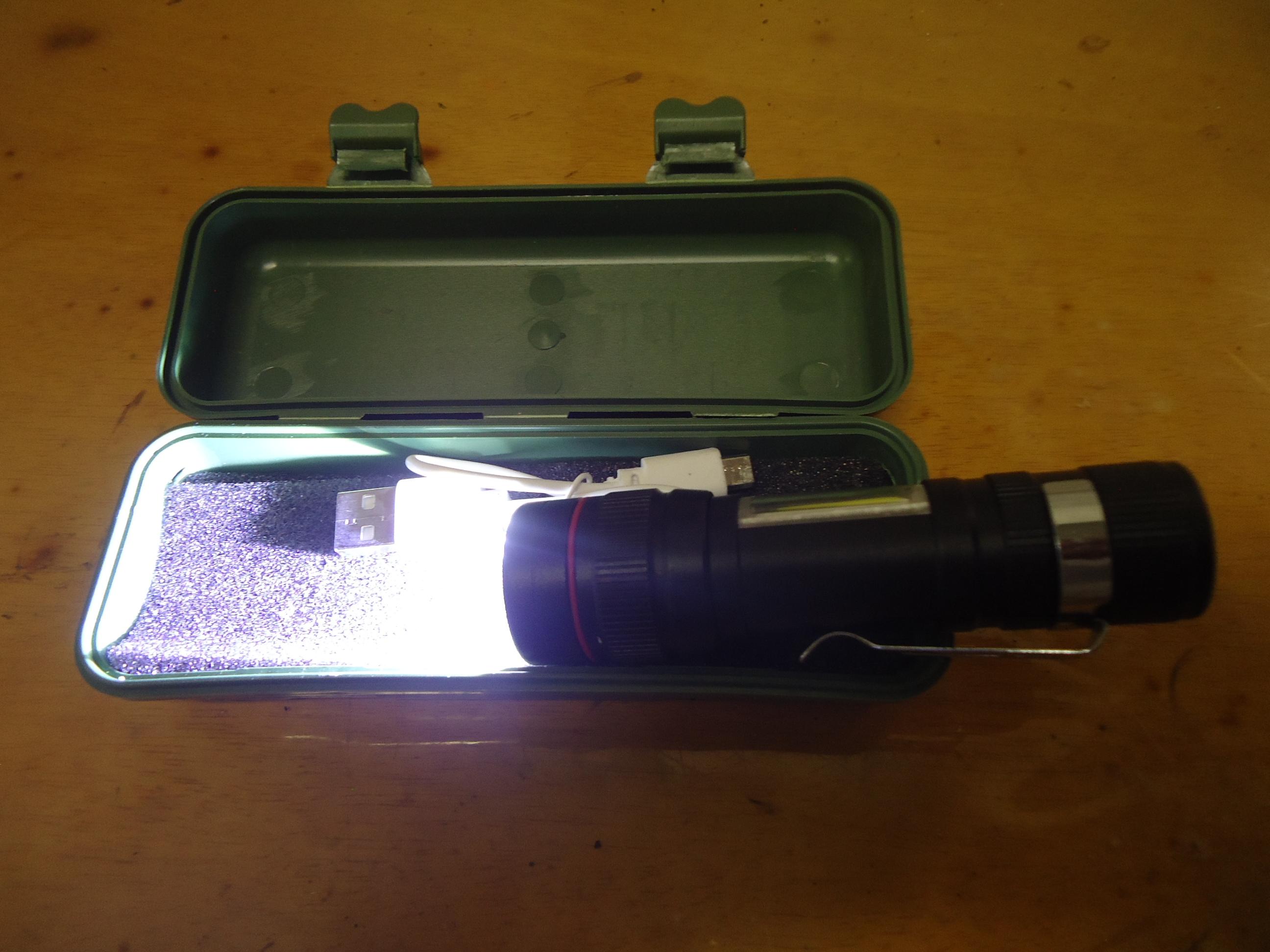Foto da minha Outra Lanterna LED, Acesa.Fotografado com Sony Cybershot DSC-W320.