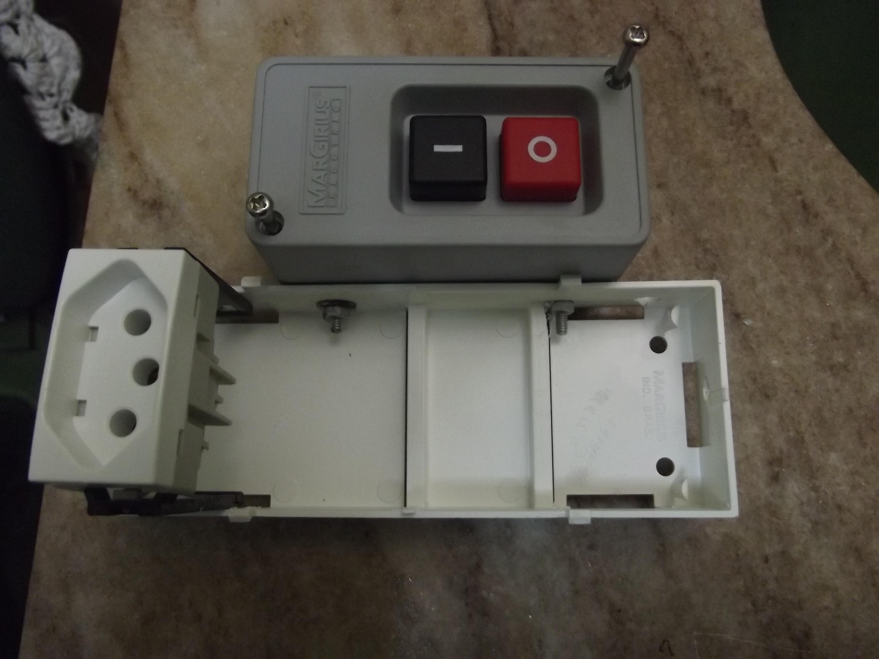 A Caixa de Montagem do Aparelho. Formada pela caixa de tomada e Disjuntor, Parafusada à Caixa da Chave de Botão Liga e Desliga.