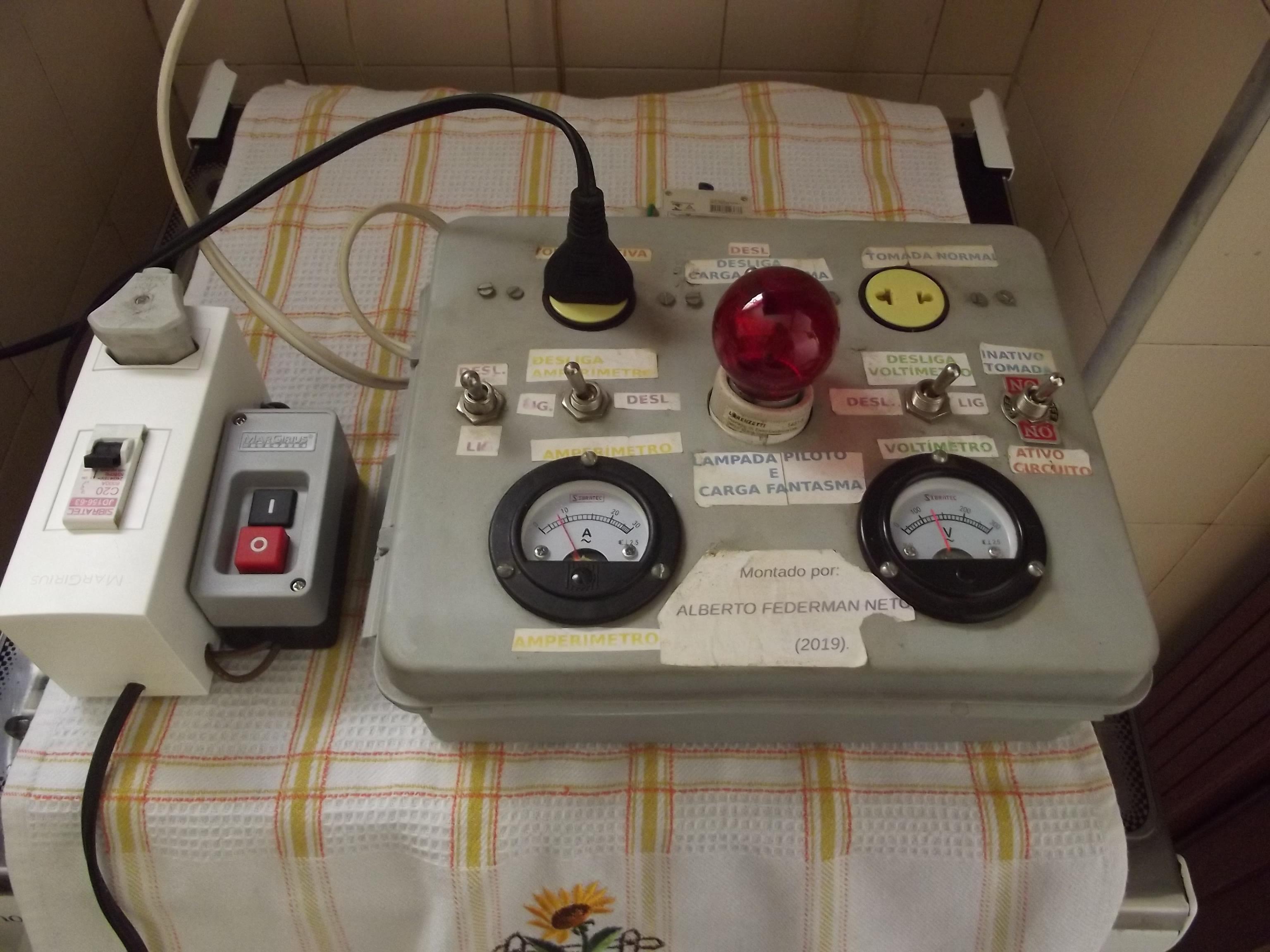 Medindo a Corrente Elétrica de um Ebulidor de 1000 Watts, Ligado à Extensão com Disjuntor, Através de um Volt Amperímetro Artesanal.