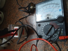 Medindo a Tensão de Saída do Autotransformador, com Multímetro Analógico.