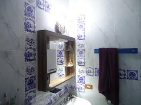 Minha Espelheira de Banheiro, em MDF Branco e Marrom, com Prateleiras de Vidro.